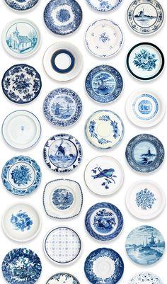 Delftsblauwe borden aan de wand (of behang)