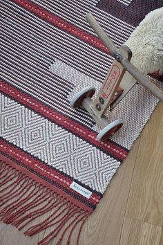 LOPPBERGA : Tokig i trasmattor på Loppberga - blog om en väverskas vardag, inspiration och mattor (and a bike is so cute!) Weaving Textiles, Weaving Art, Loom Weaving, Tapestry Weaving, Hand Weaving, Weaving Designs, Weaving Projects, Weaving Patterns, Textile Patterns