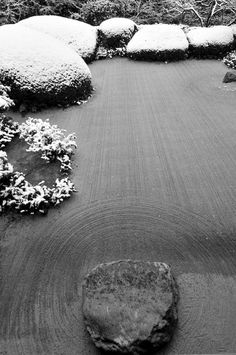 Step only with the mind. Sand garden in snow at Shisen-do temple, Kyoto, Japan 詩仙堂 Japanese Rock Garden, Zen Rock Garden, Japanese Gardens, Ferns Garden, Japanese Culture, Japanese Art, Japanese Things, Ikebana, Bonsai