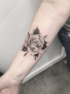Tatoo rose, rose foot tattoos, rose tattoo on forearm, small rose Rose Tattoo Forearm, Rose Tattoos On Wrist, Foot Tattoos, Body Art Tattoos, Small Tattoos, Sleeve Tattoos, Tattoo Art, Tattoo Pics, Ankle Tattoos