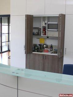 Mini cucina integrata in MDF laccato lucido poliestere con inserti in legno CLEAF tranchè.