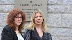 Sandrine (à droite), avec son amie Frédérique elle aussi transsexuelle, devant le tribunal de Lorient avant l'audience avec la juge.