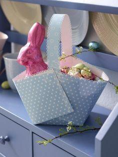 Ein prall gefüllter Osterkorb bringt Kinderaugen zum Strahlen. Mit dieser Bastelvorlage können Sie das Körbchen ganz einfach selber machen.
