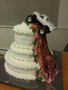redneck wedding cake ideas a wedding cake complete with a 4 wheeler throwing 19133