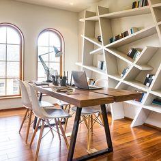 WEBSTA @ caroldecor - Home office para inspiração! Mesa solta linda de madeira e estante bem arrojada e moderna. ✨ Bom dia!