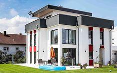 Der schlichte kubistische Baukörper mit seinen roten Putzfeldern zeigt mit seiner klaren Linienführung und reduzierten Materialwahl -angelehnt an die Bauhausarchitektur -wie ansprechend die kompromisslose Moderne sein kann. Die Komposition des Einfamilienhauses entfaltet sich ruhig und transparent auf drei Geschossen. Das oberste Geschoss umfasst neben einem Galeriezimmer eine Dachterrasse, als Rückzugsort für die ganze Familie. Vom Haus aus bietet sich ein Blick über die Dächer der… Style At Home, Mansions, House Styles, Home Decor, Bauhaus Style, Roof Styles, Home Technology, Rooftop Terrace, Musical Composition