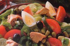 Insalata verde, pomodori, patate, fagiolini, cipolla rossa, tonno al naturale, acciughe e uova sode: sono questi gli ingredienti, semplici e genuini, che servono per preparare un'ottima insalata Nizzarda. Una preparazione semplice che può essere personalizzata in mille modi.