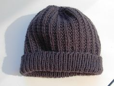 The pattern includes instructions for knitting the hat both in the round/seamless and flat/seamed. Knitting Kits, Knitting Needles, Knitting Patterns Free, Free Knitting, Knitting Projects, Baby Knitting, Free Pattern, Knitting Ideas, Knit Beanie