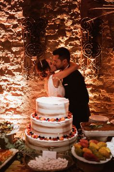 bride and groom kissing in front of cake Wedding Cake Rustic, Wedding Cakes, Real Weddings, Themed Weddings, Countryside Wedding, Italy Wedding, Rustic Style, Invitation Design, Most Beautiful