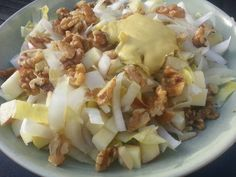 Een heerlijke lunch waar ik echt naar kan uitkijken is de witlofsalade. Ik vind witlof heerlijk en het is gezond. Het is heel simpel te maken met1 stronkje witlof, een halve appel, eigengemaakte mayonaise en een handjevol walnoten. Het stronkje witlof snijd je in dunne