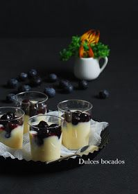 Olive oil blueberry custard (in Spanish) Dessert Shooters, Dessert Cups, Dessert Table, Dessert Recipes, Mini Desserts, Sweet Desserts, Tiny Food, Mini Pies, Finger Foods