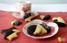Biscotti ricoperti di cioccolato (ricetta biscotti da tè). Ricetta per dei frollini decorati al cioccolato da servire con il tè facili anche senza glutine