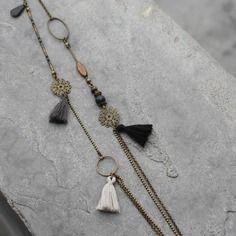 Bijou créateur - sautoir chaîne bronze antique estampe pompon et sequin émaillé perles agate et miyuki gris noir