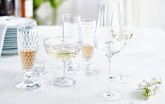 Raparperi-seljankukkapore/Rhubarb and Elder flower drink, Kotiliesi. Elder Flower, Flute, Champagne, Brunch, Drinks, Tableware, Drinking, Beverages, Dinnerware