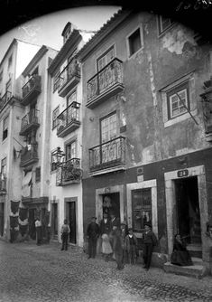 Rua das Farinhas, c.1900 Public Transport, Lisbon, Vintage Photos, The Neighbourhood, Castle, The Incredibles, 1940, Paradise, History