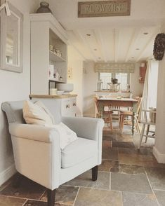 Finest living room kitchen flooring ideas only in neuron home design Cosy Cottage, Cottage Shabby Chic, Country Chic Cottage, Cottage Kitchens, Home Kitchens, Home And Living, Living Room, Cottage Interiors, Home Design