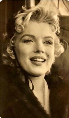 A George Vreeland Hill pin. Stars D'hollywood, Marilyn Monroe Photos, Actrices Hollywood, Norma Jeane, Shows, Portraits, Real Women, Beautiful Actresses, Belle Photo
