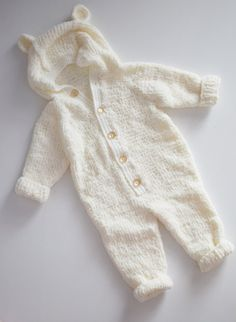 Knitted overall white- micropolyester overalls - bear ears - knitting baby cloth. - Amigurumi&Crochet - Knitted overall white- micropolyester overalls – bear ears – knitting baby clothes – knit out - Costume Ours, Bear Costume, Knitted Baby Clothes, Cute Baby Clothes, Baby Outfits, Pull Bebe, Baby Overalls, Gender Neutral Baby Clothes, Bear Ears
