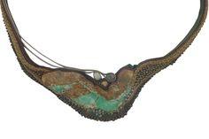 halssieraad 'Antikensammlung' : textiel, chysopraas, pitten, glaskralen