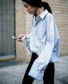 A camisa branca de corte clássico foi atualizada na moda, mas continua a mesma. O que mudou foram as formas de uso, confira. ...