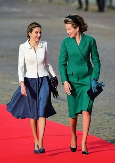 (R) Queen Mathilde looked wonderful in a chic green coat teamed with neat black court shoes and an elegant feathered head piece.  Not to be outdone Spain's Queen Letizia was pretty in an on-trend navy silk skirt and a tailored collarless jacket, finished off with a pair of black leather gloves.