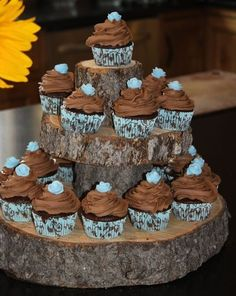 Beautiful cupcakes on clever wooden stand. cupcakes foodstuff-i-love Wooden Cupcake Stands, Cupcake Tier, Cupcake Shops, Cupcake Ideas, Rustic Cupcakes, Gourmet Cupcakes, Tolle Cupcakes, Woodland Party, Forest Party