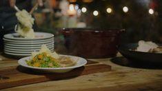 Vandaag maakt Jeroende meest klassieke dagelijkse kost: een varkensgebraad met aardappelpuree, erwtjes en worteltjes en een lekkere mosterdsaus. Eten dat met veel liefde is klaargemaakt en dat iedereen lust.