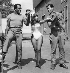 """Channing Thomson on Twitter: """"Jim Brown and Clint Walker filming The Dirty Dozen in England, 1966. They're with Dolly Reed.… """" Clint Walker, Judy Garland, Der Richter, Robert Aldrich, The Playboy Club, George Peppard, Jim Brown, Donald Sutherland, Chicago"""