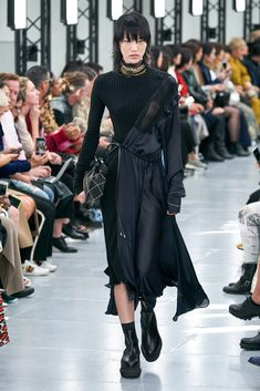 Sacai Spring 2020 Ready-to-Wear Fashion Show - Vogue Vogue Fashion, Fashion Week, Runway Fashion, Fashion Models, Fashion Outfits, Style Haute Couture, High Fashion Photography, Glamour Photography, Lifestyle Photography