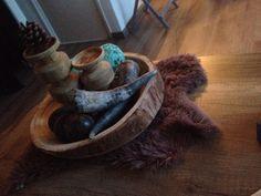 Leuke tafeldecoratie#boomstamschaal#hoorns#houtenhandelaars#houtenballen#bontje