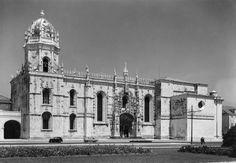 Fachada sul da Igreja do Mosteiro dos Jerónimos. Fotógrafo: Mário Novais, 1899-1967. Orientador científico: Mário Tavares Chicó, 1905-1966. Data aproximada de produção da fotografia original: 1954.  [CFT015.208.ic]