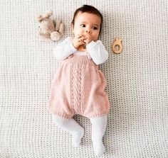 Knitting Pattern Pantsuit z wzorem Baby Girl Fashion, Toddler Fashion, Kids Fashion, Baby Outfits, Kids Outfits, Baby Dresses, Baby Barn, Knitted Baby Clothes, Foto Baby