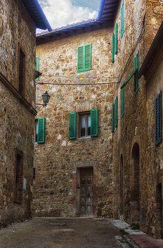 S. Quirico d'Orcia, vicolo con persiane verdi ♠ | Flickr - Photo Sharing!