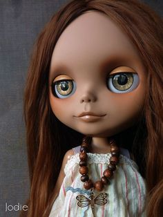 There is something very charming about this customized blythe doll.  I think it's her cute Mona Lisa smile.