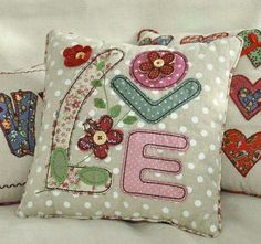 Pillows with patchwork applications (traffic, ideas) Applique Cushions, Patchwork Cushion, Sewing Pillows, Quilted Pillow, Diy Pillows, Pin Cushions, Decorative Pillows, Throw Pillows, Sewing Machine Embroidery