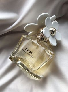 Parfum Marc Jacobs, Marc Jacobs Daisy Perfume, Classy Aesthetic, Brown Aesthetic, Perfume Scents, Perfume Bottles, Perfume Collection, Tips Belleza, Body Spray