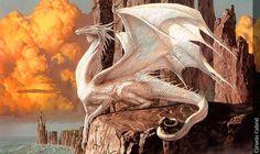 Los dragones se caracterizan por su ataque a través del aliento. Cada dragón, dependiendo de sus características, atacará con un aliento distinto, ya seafuego, ácido, un cono de hielo, gas, rayo eléctrico, etc. También ataca con las garras, con los enormes colmillos, pateando, azotando con las alas y con golpes de cola.  El vuelo del dragón es muy ágil a pesar de sugran tamaño. Es característico su vuelo en rizo, al igual que el circular, para lanzarse después en picado.