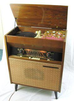 Meuble radio vintage customisé avec de la mosaïque