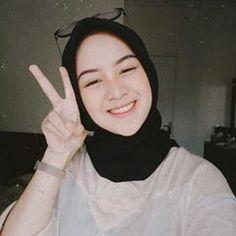 Nisa Sabrina Hijaber is elegant from Surabaya Modest Fashion Hijab, Modern Hijab Fashion, Casual Hijab Outfit, Ootd Hijab, Hijab Chic, Beautiful Hijab Girl, Beautiful Asian Girls, Hijabi Girl, Girl Hijab