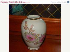 ON SALE ginger jar  shaped vintage floral vase by capecodgypsy, $7.00
