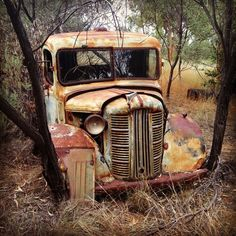 What a great truck would love to see it on the road again unique with plenty of character Old Pickup Trucks, Farm Trucks, Abandoned Cars, Abandoned Places, Abandoned Vehicles, Pompe A Essence, Rust In Peace, Rusty Cars, Vintage Trucks