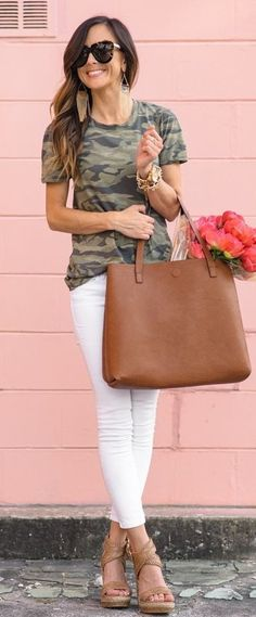 summer outfits Camo Tee + White Skinny Jeans