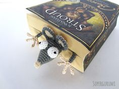 Book-Rat Crochet Pattern FREE pattern in German and Eng. If I learn to crochet Marque-pages Au Crochet, Crochet Mignon, Crochet Books, Crochet Gifts, Cute Crochet, Amigurumi Patterns, Knitting Patterns, Crochet Patterns, Yarn Projects