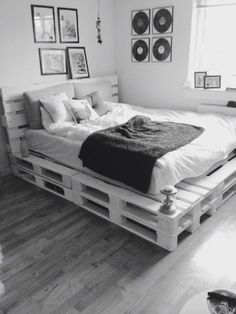 Now you have a great pallet bed tutorial, here are a couple of inspirational ideas on what you could do with pallets and DIY bed frames! So in case you have some pallets a bed isn't any more…Daha fazlası Pallet Bed Frames, Diy Pallet Bed, Diy Pallet Furniture, Home Furniture, Wooden Pallet Beds, Wood Pallets, Beds On Pallets, Furniture Projects, Pallett Bed