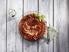 The smarter difference:Half the calories, and 60% less carbs and fat than regular apple cake Serves:10Time to prepare:10 min. Time to cook: 45-50minPreparation:Easy Free From:Sugar, Gluten, Wheat, and Eggif egg replacer is used. Suitable for Diets:Diabetics and Coeliacs Suitable for Lifestyles:Low carb, Sugar free, Vegetarian, Vegan, Low fat. Allergens (Contains):Sesame. Beneficial Nutrition:Low-Carb, Low-Sugar and Gluten-Free Sukrin Products:Cake Mix. #sukrinuk #byebyesugar…