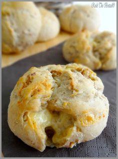 Petits pains de seigle, noix et roquefort