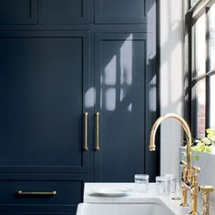 Benjamin Moore's Hale Navy on kitchen cabinets. Benjamin Moores Hale Navy on kitchen cabinets. Colores Benjamin Moore, Hale Navy Benjamin Moore, Benjamin Moore Colors, Benjamin Moore Paint, Benjamin Moore Kitchen, Cabinet Paint Colors, Kitchen Cabinet Colors, Painting Kitchen Cabinets, Interior Paint Colors
