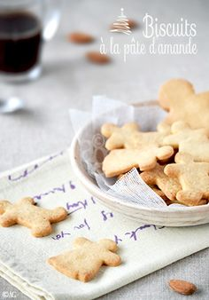 Vous prendrez bien quelques petits biscuits à la pâte d'amande avec votre thé ? ou café ? C'est aussi bien avec l'un que l'autre. Des biscuits tout simple, avec seulement 4 ingrédients. La simplicité a parfois du bon… du très bon !