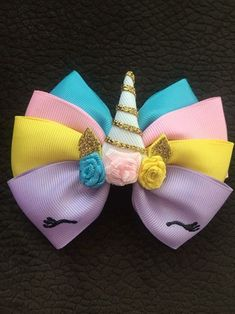 It is common to see decoration items, clothes and even cakes and other types of candy with bows and ornaments that resemble the piece. Handmade Hair Bows, Diy Hair Bows, Making Hair Bows, Ribbon Hair Bows, Diy Ribbon, Unicorn Headband, Unicorn Hair, How To Make A Ribbon Bow, Fleurs Diy