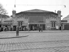 Nicht nur Remisen und Garagen, auch unsere Stationen haben sich gewandelt. Ein Beispiel dafür ist die heutige U4-Station Meidling Hauptstraße, die früher zur Stadtbahn gehörte. U Bahn, Old Street, Vienna, Louvre, Street View, History, Building, Vintage, Transport Museum